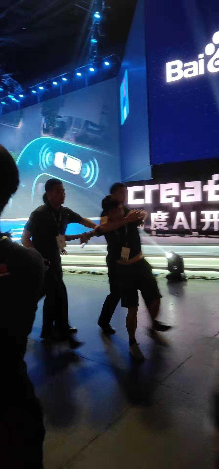 百度 AI 开发者大会李彦宏遭现场泼水