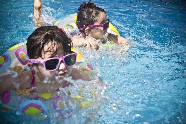 据统计,游泳池里一个小孩的屁股可以洗掉 10 克的粪便,10 克是非常少的,但是你必须考虑到炎热夏季,公共游泳池平均每天会有多少个孩子前来游泳,他们身体上的粪便残留物有多少会漂浮在水池之中?