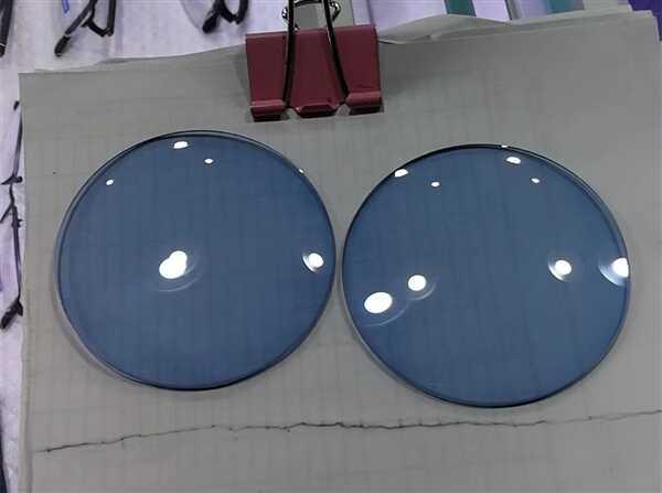 """加州大学研制出自带""""变焦""""功能的隐形眼镜:眨两下就能放大"""