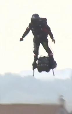 悬浮滑板飞越英吉利海峡挑战成功:全程用时 22 分钟