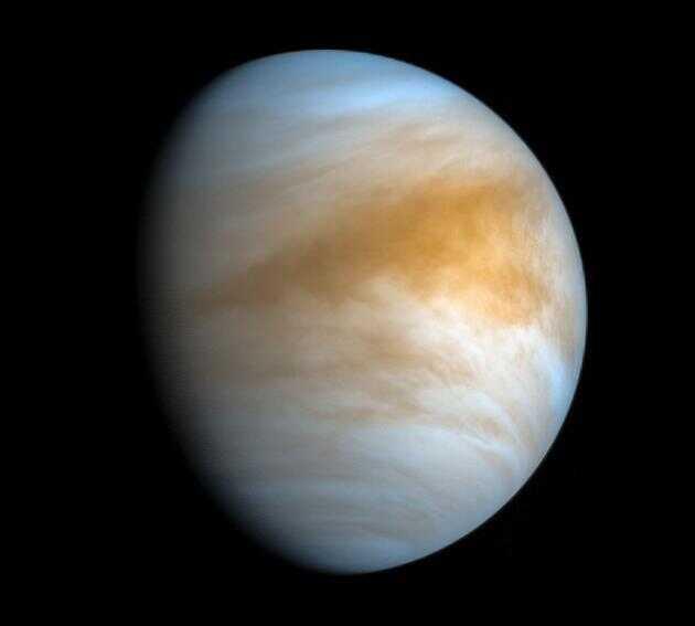 """在这张由日本航天局""""拂晓号""""探测器于 2016 年 11 月 20 日拍摄的照片中,可以看到金星表面笼罩的诡异而可怕的大气层。民众科学家凯文·吉尔(Kevin Gill)对这张照片做了红外线和紫外线色彩处理。"""