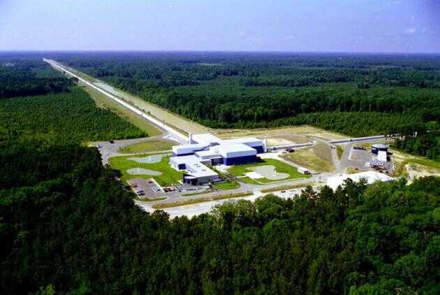 图为位于美国路易斯安那州的 LIGO 探测器。为准确捕捉细微的引力波扰动,该探测器的干涉臂长达 4 公里。