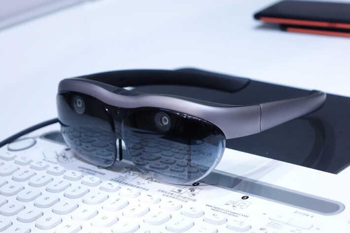 vivo AR 眼鏡具備 6DoF 空間追踪能力,連接 5G 智能手機,即可進行各式工作,並當作 110 吋大屏幕來觀看使用 5G 網絡傳送的串流節目。
