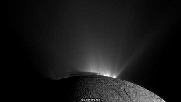 人类的探测器已经拍摄到土卫二表面喷射出的水柱