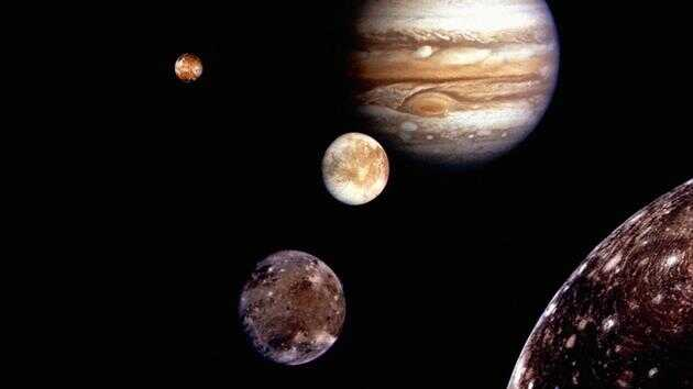 图中显示了围绕木星运行的众多卫星中的 4 颗,这颗行星为什么有这么多卫星呢?