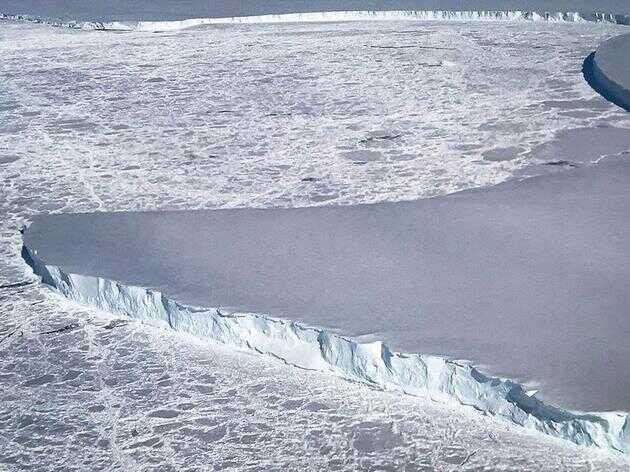 图为伸入大海的南极 Venable 冰架。