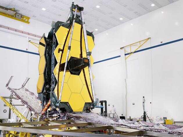 """组装完成的詹姆斯·韦伯望远镜(包括其""""遮阳伞""""和模块式组件)已完成部分配置,还将进行进一步安装。"""