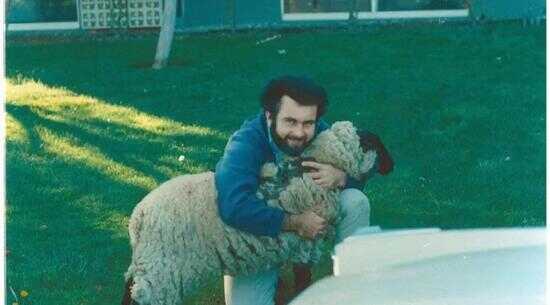 韦勒(Bob Widlar)在国民半导体公司门前的放羊照