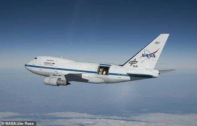 NASA 研究人员通过一架特殊的飞机(如图所示,通过飞机后机身敞开的舱门可以看到望远镜)携带的望远镜观测到了人马座A*周围的磁场