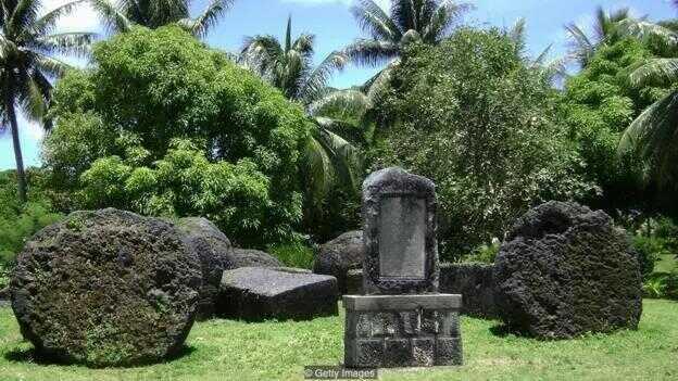 """""""陶陶·塔加""""被埋葬在 12 根雄伟的雕刻石柱之间,而这些石柱最初可能用来支撑他的房子"""